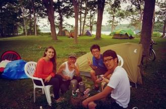Desayuno con nuevos amigos, viajeros y gente local, en el camping del lago Onuma (Hokkaido, Japón).